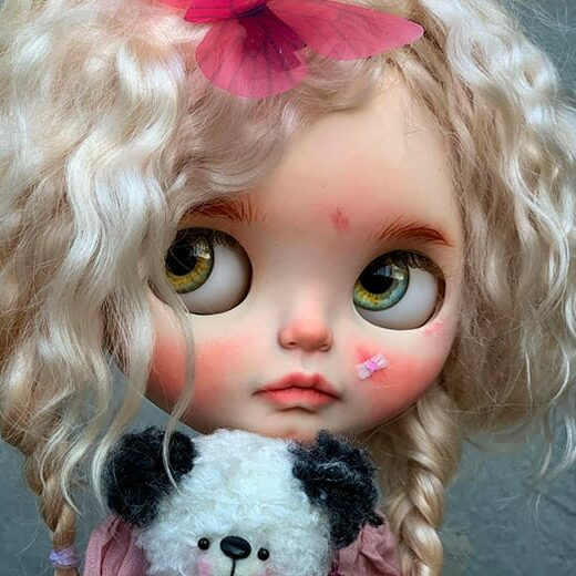 SanaDolls is the brand name of Oksana Ageeva, a Blythe doll customizer from Ukraine. Learn more about her on DollyCustom.
