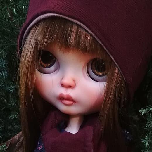 JNdollartist is the brand name of Julija Novikova-Vlaieva, a Blythe doll customizer from Ukraine. Learn more about her on DollyCustom.