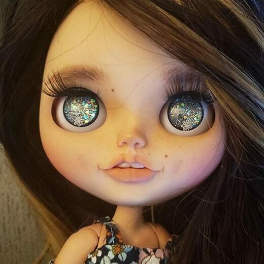 Learn more about CF dolls − the brand name of Claudia Fargas, a Blythe doll customizer from the USA.